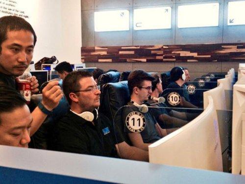《守望先锋》制作团队现身网吧比赛 被中学生完虐